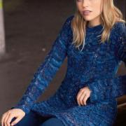Как связать спицами удлиненный пуловер с ажурными «косами»