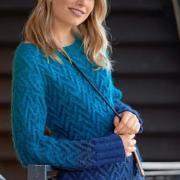Как связать спицами удлиненный пуловер плетеным узором