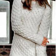 Как связать спицами удлиненный пуловер с рельефным узором