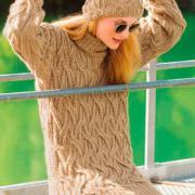 Как связать спицами удлиненный свитер и шапочка с плетеным узором