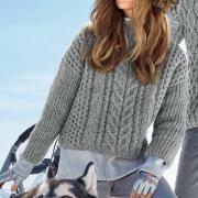 Как связать спицами укороченный объемный пуловер с косами