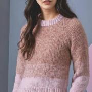 Как связать спицами укороченный пуловер с рукавом реглан с цветными полосами
