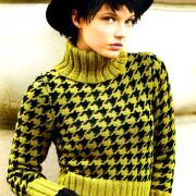Как связать спицами укороченный свитер с узором «гусиная лапка»