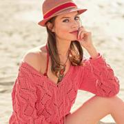 Как связать спицами узорчатый пуловер с ажурным рисунком и глубоким вырезом