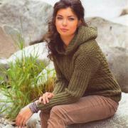 Как связать спицами узорчатый пуловер с капюшоном