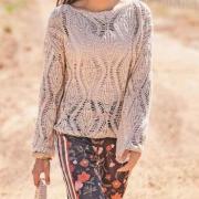 Как связать спицами узорчатый свитер с большими ромбами и сумка