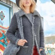 Как связать спицами жакет-пальто с пушистым воротником и сумочка