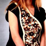 Как связать спицами удлиненная безрукавка с контрастной вышивкой