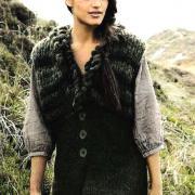 Как связать спицами жилет с плетеным воротником