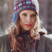 Как связать спицами цветная шапочка с ушками