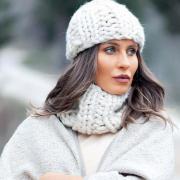 Как связать спицами комплект из шапочки и шарфа-снуда резинкой