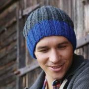 Как связать спицами мужская шапка с полосой