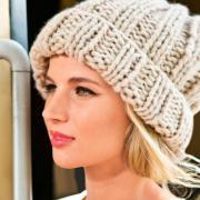 Как связать спицами объемная шапочка с отворотом