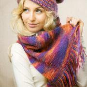 Как связать спицами полосатый комплект из шапки с отворотом и шарфа