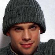 Как связать спицами простая мужская шапка с отворотом