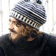 Как связать спицами шапка с помпоном в полоску