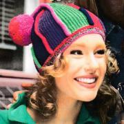 Как связать спицами шапочка с цветными полосами и помпоном