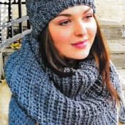 Как связать спицами шапочка с косами и помпоном и платок с кистями