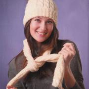 Как связать спицами шапочка с меховым помпоном и шарфик