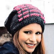 Как связать спицами свободная шапочка с цветным узором