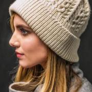 Как связать спицами узорчатая шапка с косами и отворотом