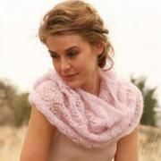 Как связать спицами ажурный розовый шарф труба