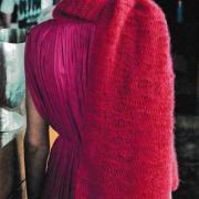 Как связать спицами большой шарф с узором из спущенных петель