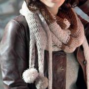 Как связать спицами цветной объемный шарф с помпонами