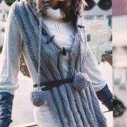 Как связать спицами длинный шарф-капюшон с помпонами