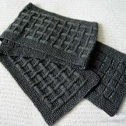 Как связать спицами серый шарф с узором