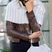 Как связать спицами рельефная накидка с капюшоном и сумочка