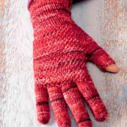 Как связать спицами меланжевые перчатки с косами