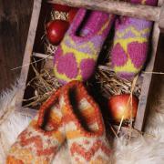 Как связать спицами цветные вяленые тапочки