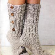Как связать спицами длинные носки с пуговицами