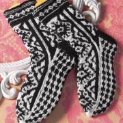 Как связать спицами графично черно-белые носки