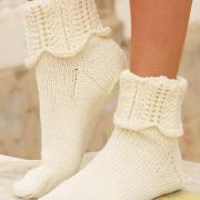 Как связать спицами носки с ажурными узором на манжетах
