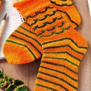 Как связать спицами носки с контрастной полосой