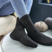 Как связать спицами носки с полоской из кос