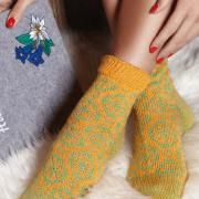 Как связать спицами шерстяные цветные носочки