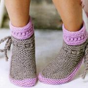 Как связать спицами теплые носочки со шнурками по бокам
