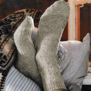 Как связать спицами удлиненные носки для мужчины с рельефным узором