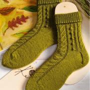 Как связать спицами удлиненные носочки с шишечками
