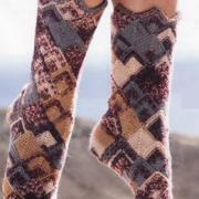 Как связать спицами высокие пестрые носки с рисунком