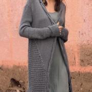 Как связать спицами длинное пальто с косами по краю