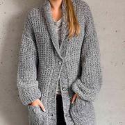 Как связать спицами объемное пальто до колена с карманами