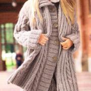 Как связать спицами объемное пальто, шапка и шарф с косами