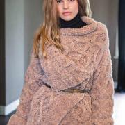 Как связать спицами плюшевое пальто с ромбами