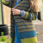 Как связать спицами полосатое удлиненное пальто без застежек