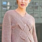 Как связать крючком удлиненный пуловер с плетеным узором