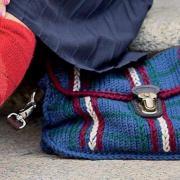 Как связать спицами цветная сумка с клапаном